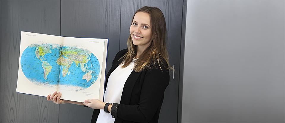 Ella Lochbaum mit Atlas