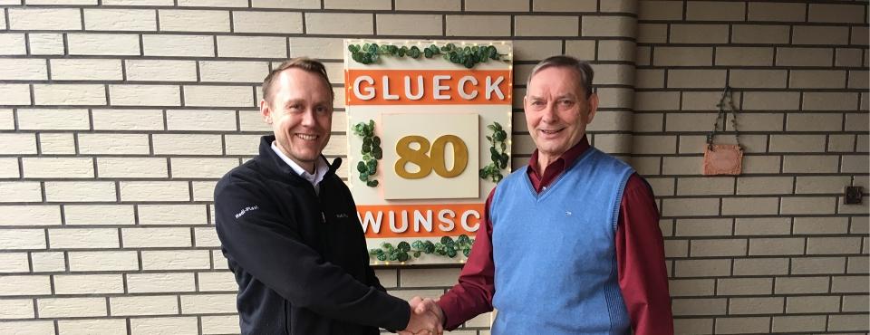 Hadi-Plast Geschäftsführer Dr. Karsten Anger gratuliert Franz Vullhorst zum 80. Geburtstag. (Foto: Hadi-Plast)